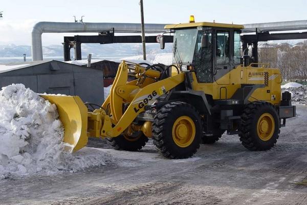 чистка снега на территории и вывоз